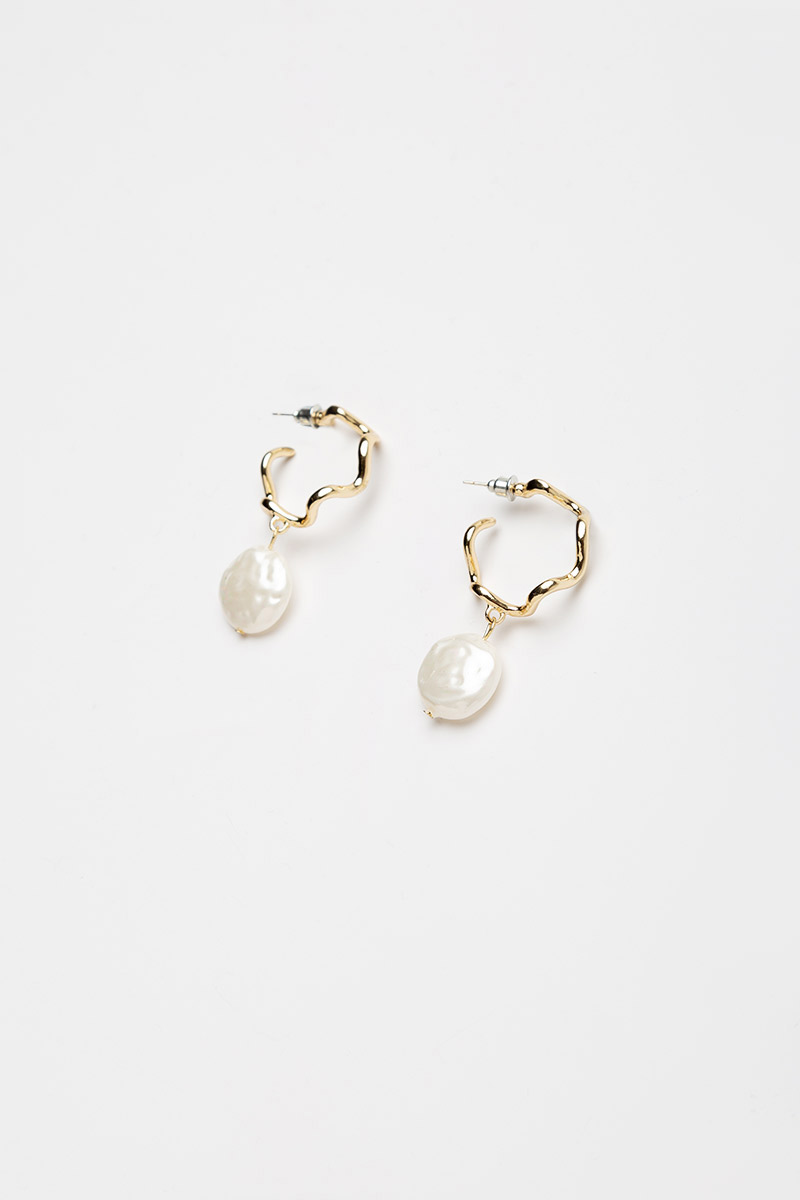 WAVY HOOP PEARL DROP EARRINGS