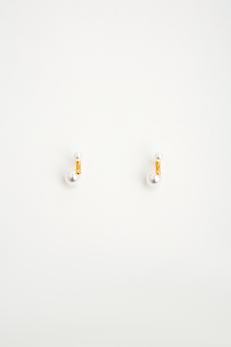 IRREGULAR PEARL GOLD ACCENT EARRINGS